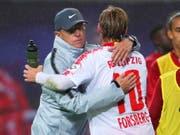 Später Jubel in Leipzig: Trainer Ralf Rangnick umarmt Siegtorschütze Emil Forsberg (Bild: KEYSTONE/EPA/HAYOUNG JEON)