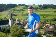 Konrad Graber 2007 als Ständeratskandidat im OL-Tenue vor seinem Heimatort Grossdietwil. (Archivbild LZ)
