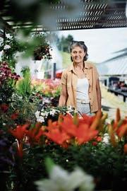 CVP-Regierungsratskandidatin Silvia Thalmann zwischen Blumen in der Gärtnerei der Klinik Zugersee. (Bild: Stefan Kaiser (Oberwil, 22. Juni 2018))