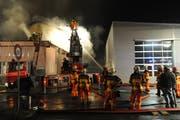 Der Brand der Halle Stille Reuss in Schattdorf. (Bild: Bruno Achermann)