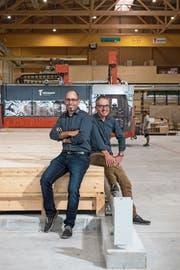 Marke Eigenbau: Inhaber und Geschäftsführer Ivan Tschopp (links) und Bereichsleiter Holzausbau Alex Elmiger in der neuen Produktionshalle der Holzbau Tschopp AG in Hochdorf. (Bild: Dominik Wunderli (30. August 2018))