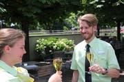 Urs Bischofberger stösst mit Celine Frei an, die ihn angemeldet hat. (Bild: PD)