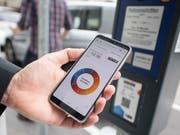 Mit Twint erübrigt sich die Suche nach Münz: In der Stadt Zug wird die Bezahl-App ausprobiert, später in anderen Schweizer Städten und Gemeinden eingeführt. (Bild: KEYSTONE/URS FLUEELER)