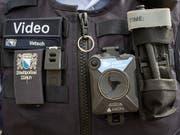 Das Bündner Kantonsparlament hat eine gesetzliche Grundlage geschaffen, damit Polizisten mit Bodycams ausgerüstet werden können. (Bild: KEYSTONE/ENNIO LEANZA)