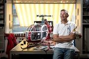 """Reto Marbach von der Spiel- und Flugbox AG in Willisau mit seinem detailgetreuen """"Lama"""" der Air Zermatt. (Bild Pius Amrein (27. August 2018))"""