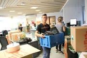 Zügelkartons, Verpackungsmaterial und Plastikbehälter für elektronische Geräte dominieren am Donnerstagabend in den Räumen der Raiffeisenbank Obertoggenburg in Neu St.Johann. (Bild: Martin Knoepfel)