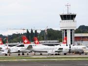 Am Boden: die Berner Regionalfluggesellschaft Skywork ist Pleite. Für gestrandete Passagiere bieten vier Fluggesellschaften nun vergünstigte Rückflüge an. (Bild: KEYSTONE/ANTHONY ANEX)