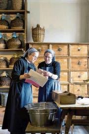 Die Schwestern Veronika (rechts) und Monika in der Klosterapotheke. Die Rezepturen sind jahrhundertealt. (Bild: PD/Christoph Hammer)