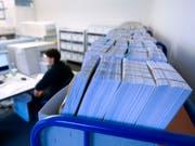 Zu spät bezahlte Rechnungen bleiben laut einer Umfrage bei den Unternehmen rund 15 Tage zu lange liegen. (Bild: KEYSTONE/GAETAN BALLY)