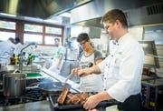 Eine Bewohnerin des Vivalas schaut dem Koch Reto Lüchinger bei der Arbeit zu. (Bild: Andrea Stalder)