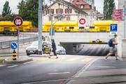 Trotz mehrfacher Vorsignalisation fahren überhohe Fahrzeug in der Bahnunterführung an der Rheinstasse ins Verderben. (Bild: Andrea Stalder.