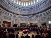 Die Leiche des republikanischen Senators John McCain wurde am Freitag in der Rotunda im Kapitol aufgebahrt - eine Ehre, die bislang nur 30 US-Bürgern zuteil wurde, unter ihnen John F. Kennedy und die schwarze Bürgerrechtlerin Rosa Parks. (Bild: KEYSTONE/AP UPI Pool/KEVIN DIETCH)