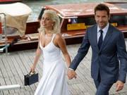 Lady Gaga und Bradley Cooper treffen zur Premiere ihres gemeinsamen Films «A Star Is Born» am Lido in Venedig ein. (Bild: KEYSTONE/AP/KIRSTY WIGGLESWORTH)