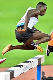 Conseslus Kipruto verliert kurz nach dem Start den Schuh und läuft als Sieger ins Ziel (Bild: Walter Bieri (Zürich, 30. August 2018))