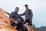 Unternehmer Werner Altherr wird in Bern dabei sein, wenn sein «Eigengewächs» Lukas Nabulon am Wettbewerb der Swiss Skills antritt. Noch sind sie aber auf dem Dach anzutreffen. (Bild: Bruno Eisenhut)