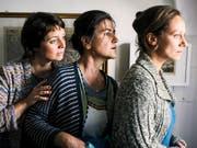 Ein Gemeindepfarrer mit indischen Wurzeln bringt Aufregung in ein rätoromanisches Dorf: Carla (Marietta Jemmi), Ladina (Anita Iselin) und Mona (Rebecca Indermaur) in «Amur senza fin». (Pressebild) (Bild: @Media Relations SRF)