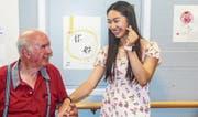 Trotz Sprachbarrieren verstanden sich Willi Mäder und die chinesische Studentin «Chu Chu» auf Anhieb. (Bild: Benjamin Schmid)
