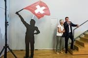 Gibt die neue Richtung vor: Parteipräsident Albert Rösti mit Trudi Mösching vom Generalsekretariat. (Bild: Alexandra Wey (Unterägeri, 25. August 2018))