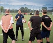 Als Technischer Leiter arbeitet Roman Wild nicht nur im Büro und plant die Trainer-Ausbildung in der Ostschweiz. Er steht auch auf dem Platz und gibt seine Erfahrungen in Kursen weiter. (Bild: Urs Bucher)