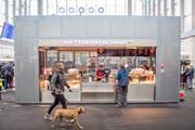 Die Erlösung nach einer ewigen Hungerstrecke: Der neue Bratwurststand am Bahnhof St.Gallen. (Bild: Urs Bucher)