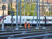 Am Freitagnachmittag, 15. Juni, ist ein Bauzug beim Bahnhof Winterthur entgleist. Ein Intercity riss zudem eine Fahrleitung herunter. Die Untersuchungen sind nun aber abgeschlossen. (Archiv). (Bild: KEYSTONE/WALTER BIERI)