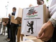SVP und Auns haben die Unterschriften für die Begrenzungsinitiative eingereicht. Diese fordert die Kündigung der Personenfreizügigkeit. (Bild: KEYSTONE/PETER SCHNEIDER)