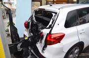 Weil die Luftdruckbremse gelöst wurde, krachte der Anhänger in das parkierte Auto. (Bild: pd)