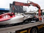 Das Alfa Romeo Sauber-Wrack von Marcus Ericsson wird abtransportiert (Bild: KEYSTONE/AP/ANTONIO CALANNI)