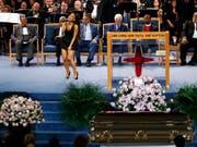 Zahlreiche Prominente - darunter der ehemalige US-Präsident Bill Clinton (Mitte) und die Sängerin Ariana Grande (vorne) - haben der verstorbenen «Queen of Soul», Aretha Franklin, die letzte Ehre erwiesen. (Bild: KEYSTONE/AP/PAUL SANCYA)