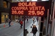 Der argentinische Peso verliert immer mehr an Wert im Vergleich zum US-Dollar. Bild: Jorge Saenz/AP (Buenos Aires, 29. Juni 2018)