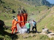 Wasserlieferung der Armee für die Kühe auf der Alp Oberbätruns bei Schänis. Nach den Niederschlägen der letzten Tage konnte die Hilfsaktion eingestellt werden. (Bild: KEYSTONE/ENNIO LEANZA)
