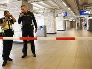 Nach einem Messerangriff hat die Polizei Teile des Amsterdamer Hauptbahnhofs abgesperrt. (Bild: KEYSTONE/EPA ANP/REMKO DE WAAL)