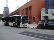 Bus gegen Auto: Bei der Frontalkollision in Schaffhausen wurden am Freitag fünf Personen verletzt. (Bild: Schaffhauser Polizei)