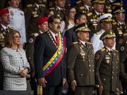 Der venezolanische Staatschef Nicolás Maduro (2. von links) hat eine Rede während einer Militärparade am Samstag abrupt abgebrochen. (Bild: KEYSTONE/EPA EFE/MIGUEL GUTIÉRREZ)