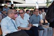 Die Regierungsräte Daniel Risch, Bruno Damann und Marc Mächler (von links) sitzen im Schatten des neuen Bushofs. (Bild: Heini Schwendener)