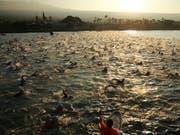 An der Ironman-WM auf Hawaii (Bild) wird mit Philipp Koutny ein vierter Schweizer im Männer-Profifeld starten können (Bild: KEYSTONE/FRE132414 AP/MARCO GARCIA)
