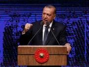 Der türkische Staatspräsident Recep Tayyip Erdogan schlägt symbolisch zurück und verhängt seinerseits Sanktionen gegen zwei US-Minister. Hintergrund ist der Streit um einen in der Türkei inhaftierten US-Pastor. (Bild: KEYSTONE/AP/BURHAN OZBILICI)