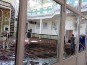 In diesen Räumen einer schiitischen Moschee in der ostafghanischen Provinz Paktia starben bei einem Selbstmordanschlag vom Freitag mindestens 35 Menschen. (Bild: KEYSTONE/EPA/AHMADULLAH AHMADI)