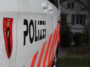 Im Glarnerland ist ein 63-jähriger Mann am Freitag tödlich verunglückt. Er ist vermutlich gegen einen Baum gefahren, danach in die Linth gefallen und gestorben. (Bild: Kapo GL)