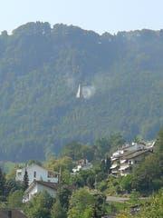 Oberhalb von Hergiswil löscht ein Helikopter das Feuer, das der Flugzeugabsturz verursacht hat. (Bild: Leserreporter)