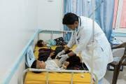 Ein Arzt untersucht mit Cholera infizierte Kinder in einem Spital in Jemens Hauptstadt Sanaa. (Bild: Mohammed Mohammed/Keystone (Sanaa, 31. Juli 2018))