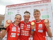 Das Schweizer Medaillen-Trio: Judith Wyder und Andreas Kyburz mit Bronze, Daniel Hubmann in der Mitte mit Gold (Bild: KEYSTONE/SWISS ORIENTEERING/REMY STEINEGGER)