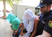 Jan Ullrich (Mitte) wird von der Polizei zu einem Gericht geführt. (Bild: EPA (Palma de Mallorca, 4. August 2018))