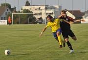 Uzwil (in gelb spielend) bekundete Mühe, die wirbligen Wiler in den Griff zu bekommen. (Bild: Urs Nobel)