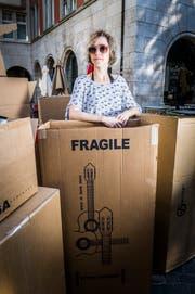 Fragil ist sie höchstens auf den ersten Blick: Comedienne Martina Hügi in einer Kartonburg. (Bild: Andrea Stalder)