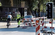 Ein Mitarbeiter der Giwa Security bei einer Baustelle in Zug. Bild: Werner Schelbert (Zug, 3. August 2018)