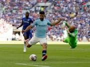 Matchwinner Sergio Agüero zwingt Chelseas Goalie Willy Caballero zu einer Flugeinlage (Bild: KEYSTONE/AP/TIM IRELAND)