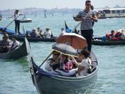 Dichtestress auf den Wasserstrassen in Venedig: Nach zwei tödlichen Unfällen fordern nun auch Politiker rasche Massnahmen. (Bild: KEYSTONE/EPA ANSA/ANDREA MEROLA)
