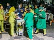 Patienten werden aus Angst vor Erdbeben aus einem Spital in Denpasar, Bali, gebracht. (Bild: KEYSTONE/EPA/MADE NAGI)