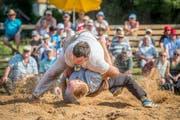 Schwingfest auf dem Ricken: Im Schlussgang gewinnt Tobias Krähenbühl gegen den Herisauer Martin Roth © Urs Bucher/TAGBLATT